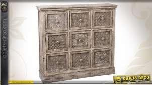 Commode en bois finition vieillie pourvue de 9 tiroirs ornementés