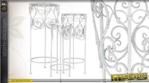 Trois selettes décoratives ornementées en métal patiné blanc