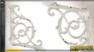 Equerre murale blanc patiné en métal de style fer forgé