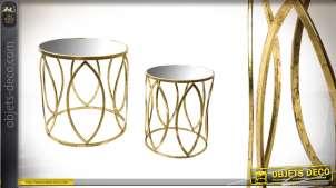 Série de deux tables rondes en métal doré et verre 51 cm
