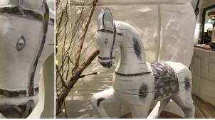Représentation d'un cheval en résine blanchie, finitions usées esprit vieux bois sculpté, 45cm