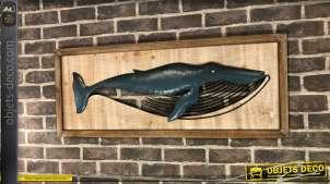 Grande décoration en bois et métal : baleine en relief sur cadre en bois vieilli
