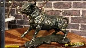 Statuette animalière représentant un taureau imitation métal noir finition dorée