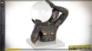 Statuette sur socle en marbre blanc personnage portant une sphère brillante 23 cm