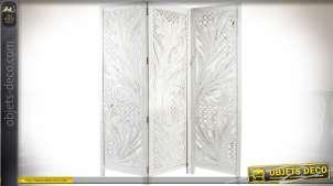 Paravent à trois volets en bois sculpté patine blanche et effets dorés 180 cm