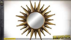 Grand miroir chic Ø 80 cm en forme de soleil en métal doré et embossé