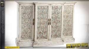 Buffet bas à 4 portes, façade sculpté  de motifs floraux, partie centrale en ressaut