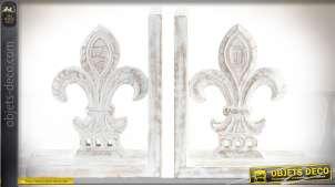 Paire de serre-livres en bois vieilli et blanchi, statuettes de fleurs de lys