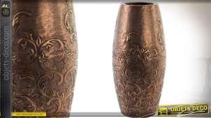 Vase en aluminium rendu métal cuivré et façonné à motifs en bas-relief 38 cm