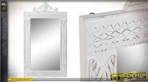 Grand miroir de style baroque en bois blanchi, finition décapée avec fronton sculpté