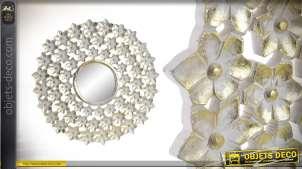 Miroir rond en bois, ajouré avec formes de fleurs, finition vieilli blanc et reflets dorés 60cm