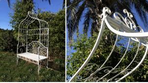 Banc de jardin blanc sous arche en accolade, en métal avec ornementation fleur de lys, modèle Allegra