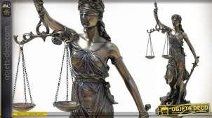 Représentation de Thémis, emblème de la justice, en résine finition vieux bronze, 33cm