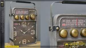 Horloge de table en métal en forme d'ancienne radio, style rétro avec boutons dorés