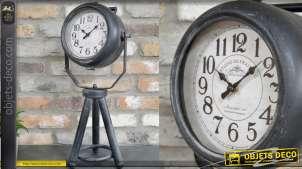 Horloge à poser en métal, forme de projecteur sur trépied, finition noir ancien, 56cm
