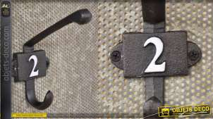 Patère murale en fonte, collection Numbers, modèle numero 2