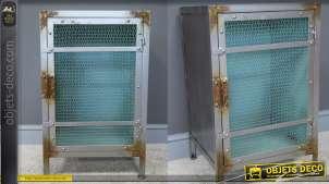 Meuble d'appoint en métal style vieille usine avec traces d'oxydation et porte grillagée