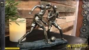Représentation de deux jeunes jouant au foot, finition cuivrée effet ancien, décoration vintage, 23cm