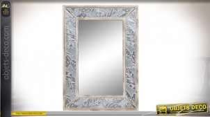 Miroir de style moderne en bois et métal esprit tropical moderne avec grandes feuilles, finition blanchie, 83cm,