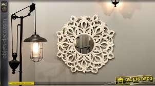 Miroir en bois sculpté finition blanc ancien, formes de rosaces et arabesques, esprit oriental, Ø80cm
