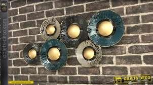 Décoration murale en métal, fleurs abstraites finition bleu indus et note dorées centrales, 85cm