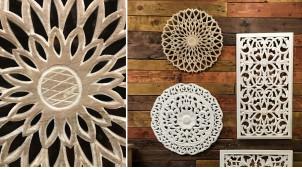 Grande rosace en bois sculpté à suspendre, finition naturelle effet légèrement blanchi, déco de charme, Ø50cm