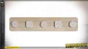Porte-manteaux murale en bois finition beige et blanche, cinq crochets motifs géométriques esprit boho, 48cm