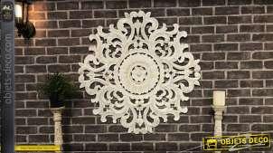 Grande décoration murale en bois sculpté esprit rosace arabesque, finition blanchi et reflets dorés, Ø90cm