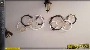 Série de deux décorations murales en métal très ajourée, formes circulaires en noires, dorées et argentées, 65cm