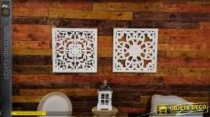 Série de deux décorations en bois sculpté, formes arabesques finition blanc ancien, esprit romantique, 60cm