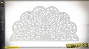 Magnifique tête de lit en bois sculpté, forme de rosaces esprit arabesques, finition blanc ancien, 160cm