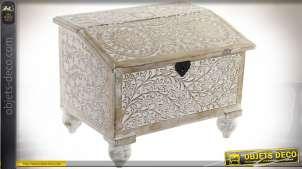 Petit coffre en bois de manguier sculpté de motifs floraux blanchis, esprit rosaces et formes arabesques, 41cm
