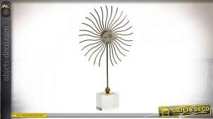 Trophée en métal et verre avec pierre de Gemme au centre, finition dorée chic, ambiance luxueuse, 45cm