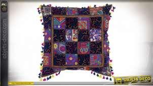 Grand coussin en coton épais motifs patchwork, avec relief et pompons, 60x60