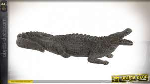 Grande représentation d'un crocodile en résine, finition vieillie, 62cm de long