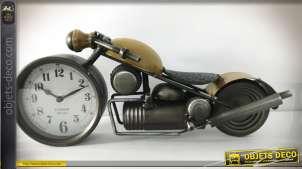 Série de deux horloges de table en métal en formes d'anciennes motos, cadrans dans les roues avant, 39cm