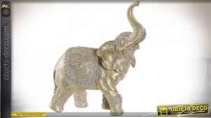 Représentation d'un éléphant en résine effet bois sculpté, finition dorée chic avec reflets blanchis, 26cm