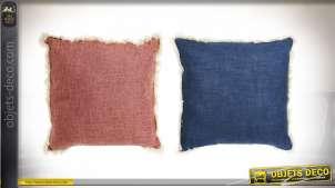 Série de deux coussins en polyester et coton, deux couleurs : classic blue et framboise avec franges