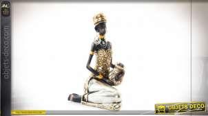 Figure en résine de style africain, représentation d'une très belle femme entrain de s'apprêter
