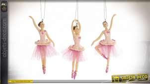 Série de trois danceuse de classique à suspendre, en résine finition colorée avec chainette de suspension, style enfantin, 12cm