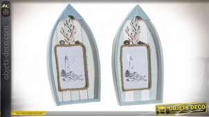 Série de deux cadres photos en bois et verre, en forme de barque, effet usé avec coquillages, 28cm