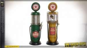 Série de deux décoration en métal de style vintage, représentation de deux anciennes pompes à essence, finitions vieillies, 26cm