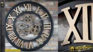 Grande horloge en métal finition noir et doré de style industriel avec rouages au centre, 83cm de diamètre