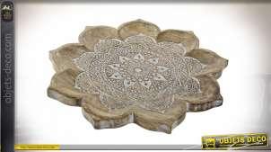 Grand centre de table en bois de manguier sculpté, relief et détail important, forme de fleur en finition blanchie esprit mandala, 46cm
