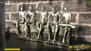 Déco en résine effet métal sculpté, finition anthracite vieilli, 5 hommes assis regardant le lointain, 32cm