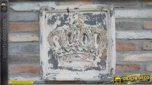Panneau décoratif en bois avec couronne en relief au centre, finition ancienne effet usé prononcé, reflets crème doré et gris, 50cm
