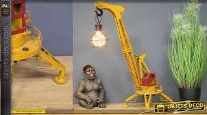Lampe de table en forme de grue sur pieds, en métal finition jaune oxydé et vieux rouge, 69cm