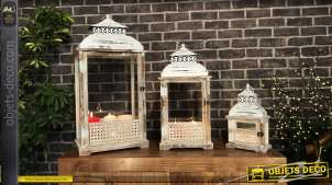 Série de trois grandes lanternes blanches rectangulaires en bois blanchi et métal effet usé fissuré, esprit campagne vieille maison, 76cm
