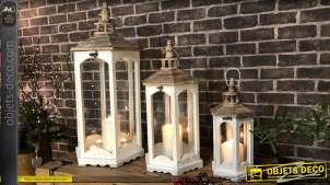 Série de trois lanternes blanches hexagonales en bois et verre, finitions blanc et naturel, richement texturé, 76cm