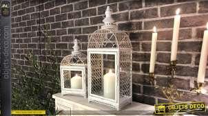 Série de deux lanternes en métal très ajouré finition blanc brillant, esprit jardin romantique, 57cm